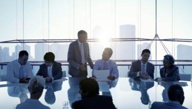 Eine Gruppe von Geschäftsleuten trifft sich an einem Konferenztisch.